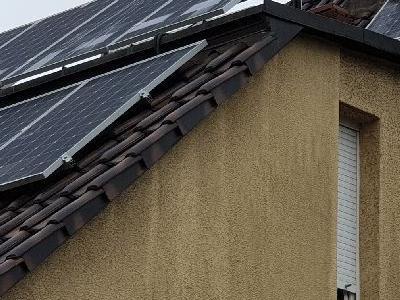 dach z instalacją fotowoltaiczną