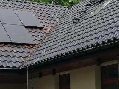 baterie solarne na dachu