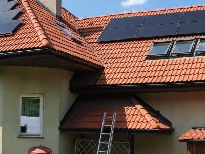 montaż baterii solarnych