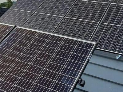 baterie solarne - montaż na dachu